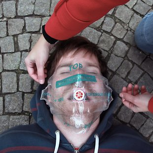 Mastering the principles of cardiopulmonary resuscitation should belong to the personal equipment of each man. Algorithm in accordance with the current guidelines of the European Resuscitation Council lead through possible pitfalls of this for amateurs and experts crucial life-saving activity.